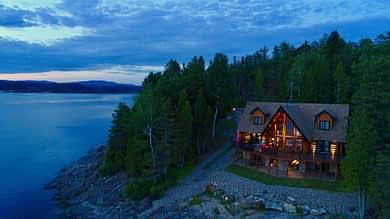 Maison scandinave en soiré (vue)
